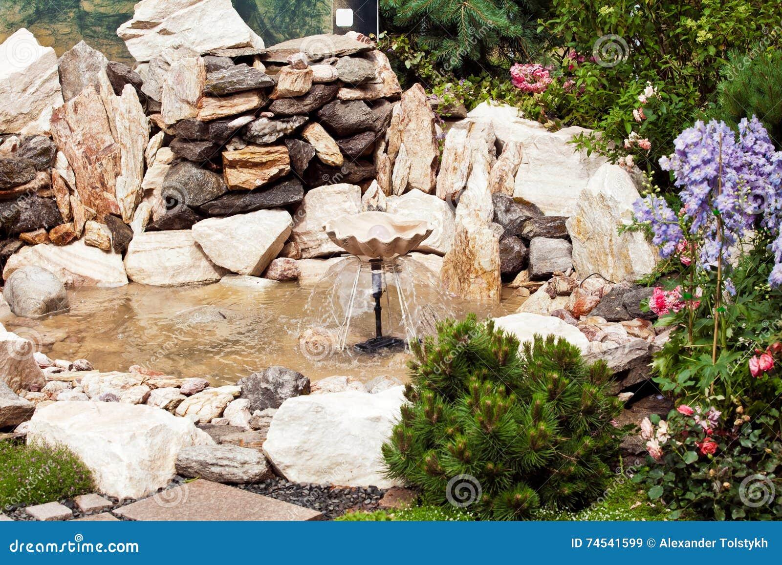Fontana di pietra nel giardino immagine stock immagine di giardinaggio disegno 74541599 - Fontana in pietra da giardino ...