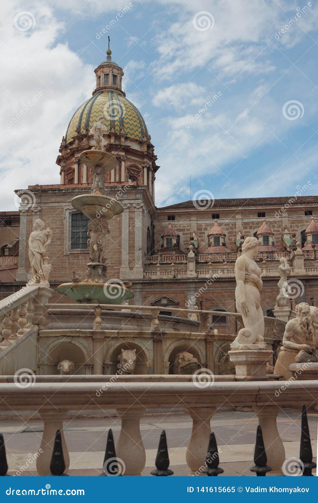 Fontana e chiesa alla piazza Pretoria Palermo, Sicilia, Italia