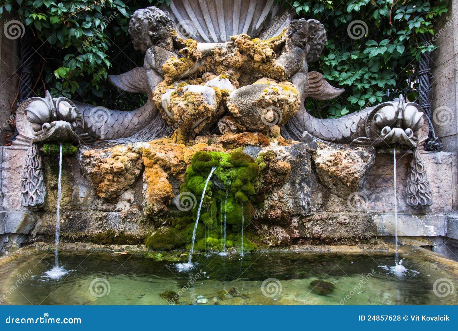 Fontana e muschio con lo stagno fotografie stock libere da for Fontana artificiale