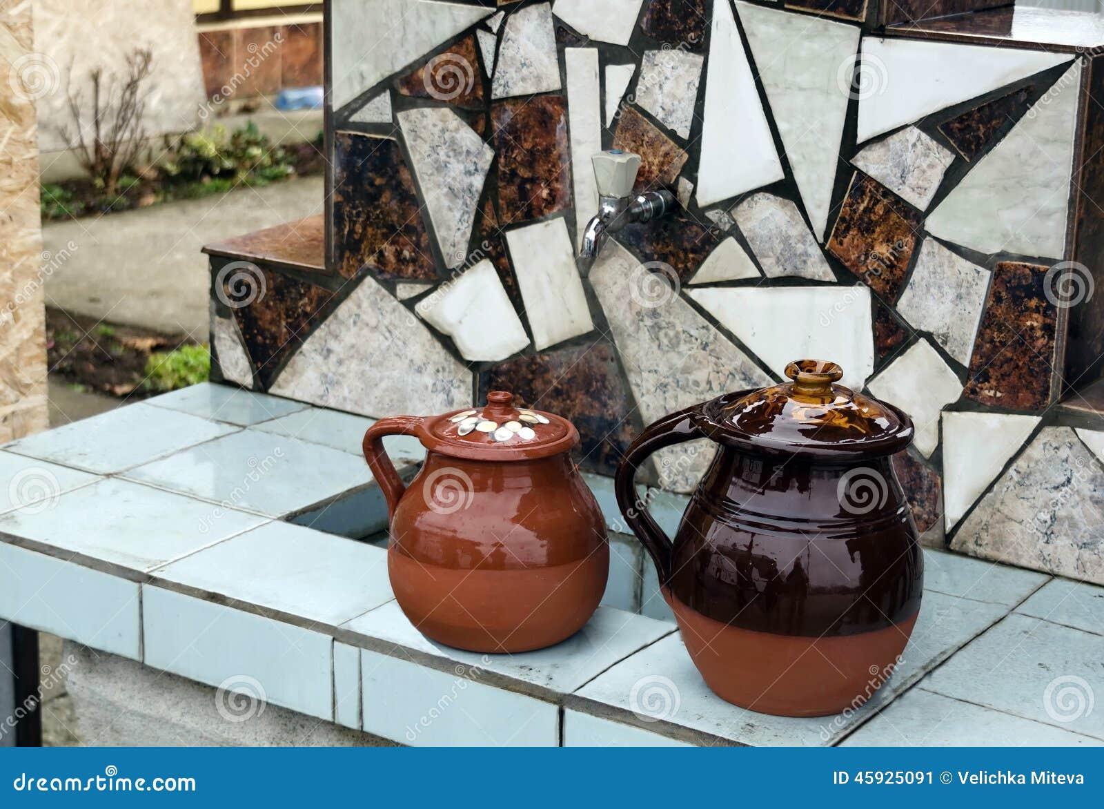 Fontana e vaso di argilla chiazzato
