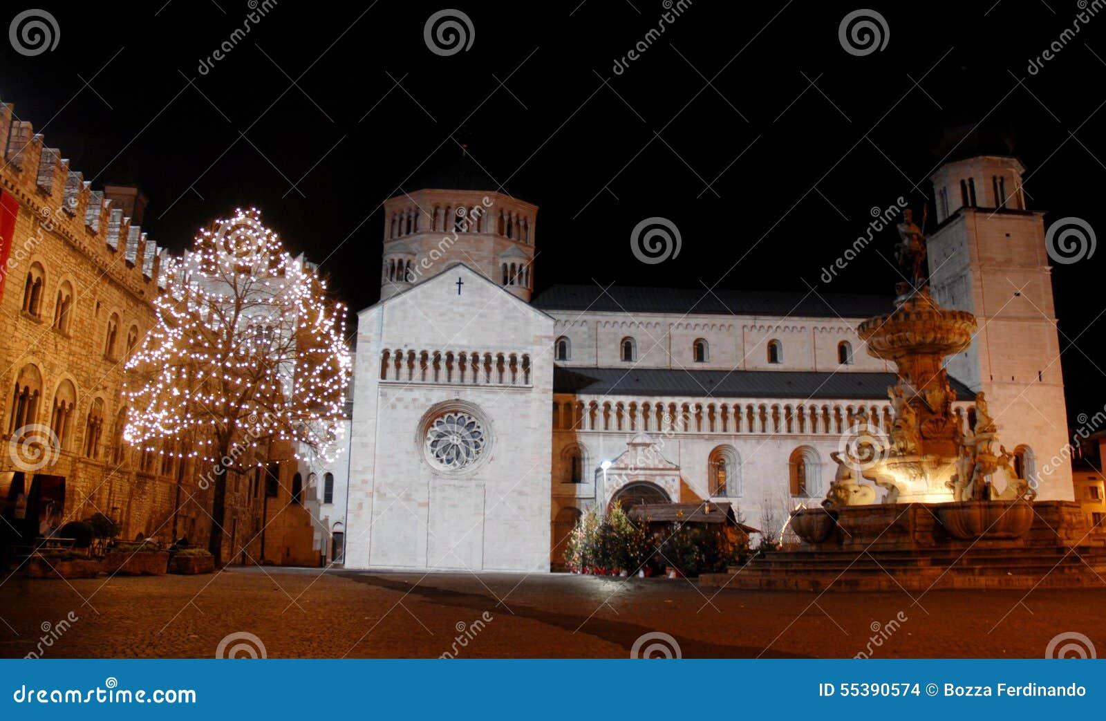 Fontana en Kerstboom met witte lichten in Trento