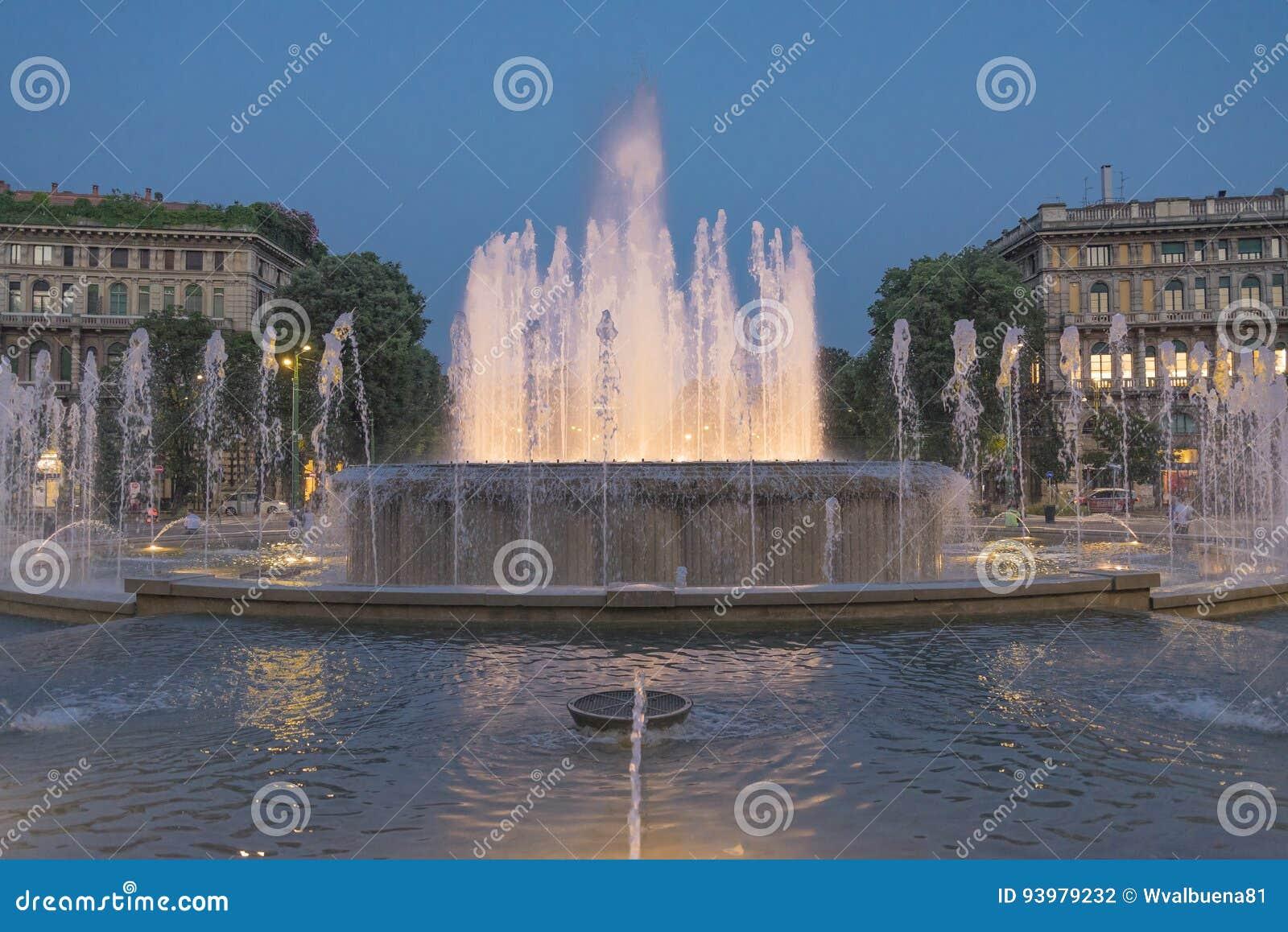 Fontana illuminata nella sera