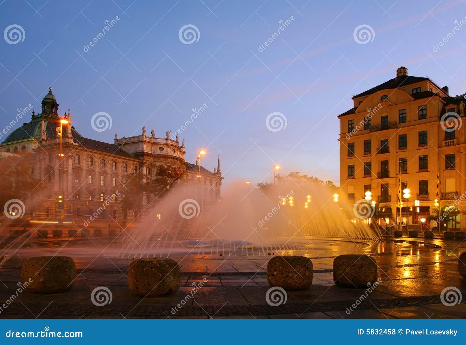 Fontana sul quadrato in sera. Monaco di Baviera