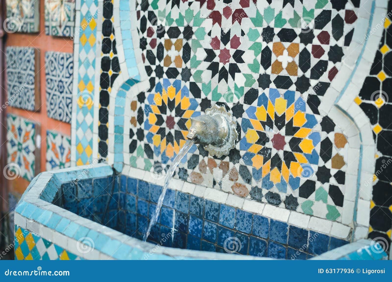 Fontanella marocchina meravigliosa della via con fotografia stock