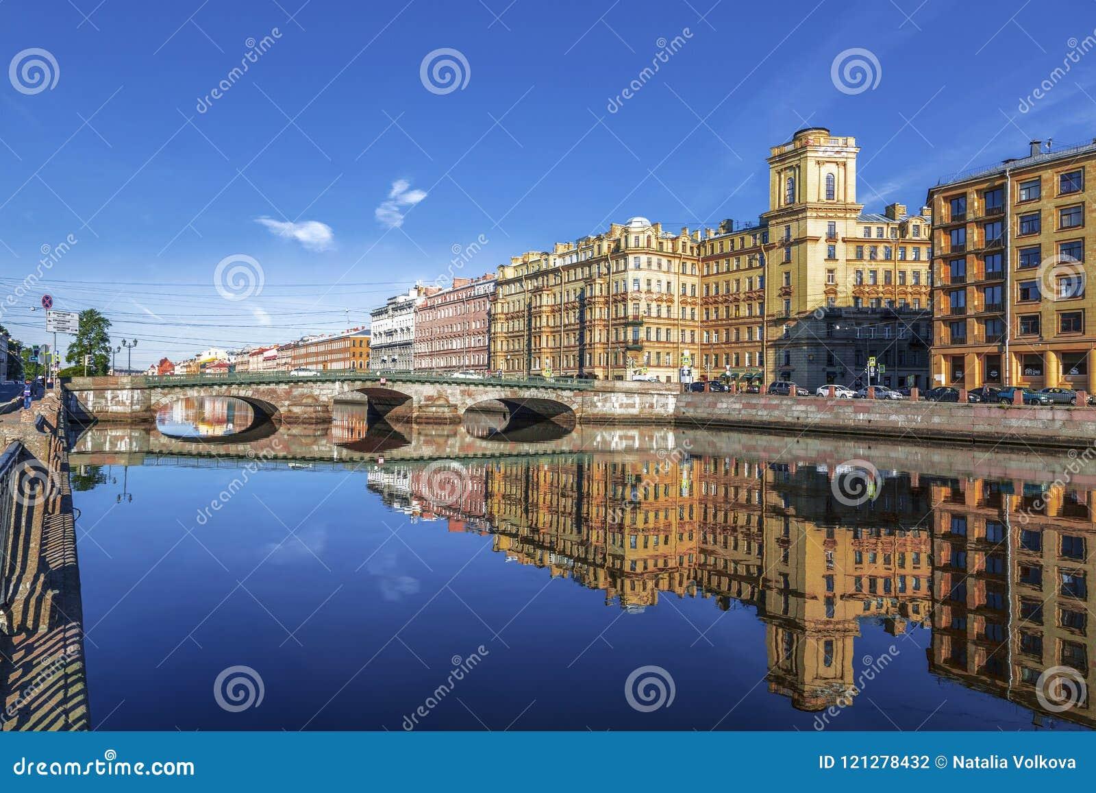 Fontankarivier en zijn dijken in de vroege ochtend, St. Petersburg,