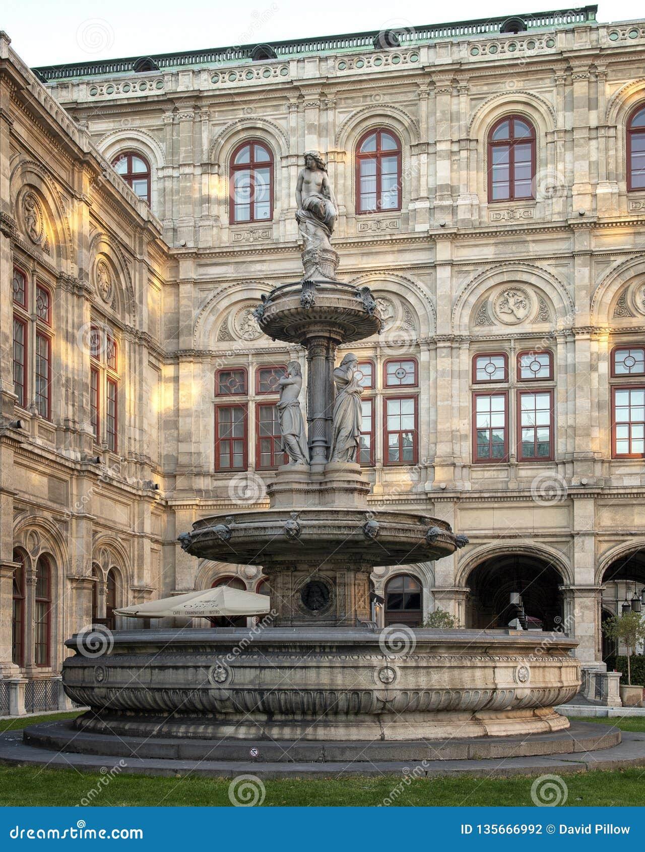 Fontanna przedstawia legendarną syrenę Lorelei i wspierający postaciami reprezentuje żal, miłości i mszczenia, Wiedeń opera