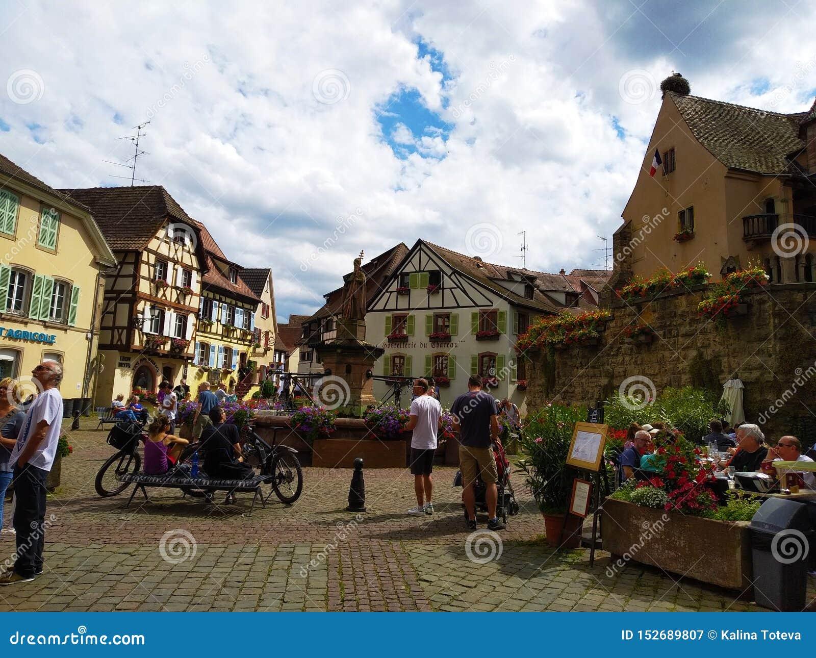 Fontanna w głównym placu Eguisheim otaczał typowymi domami Alsace