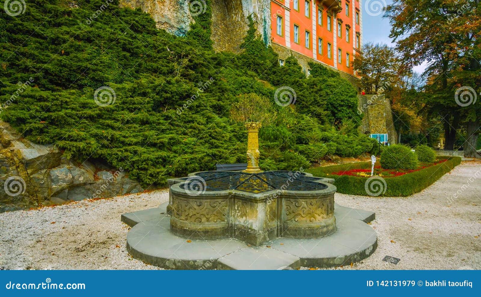 Fontanna w ogródzie w Polska kasztel po środku lasu - przegapiać beaut i drzewa - północ kraj -