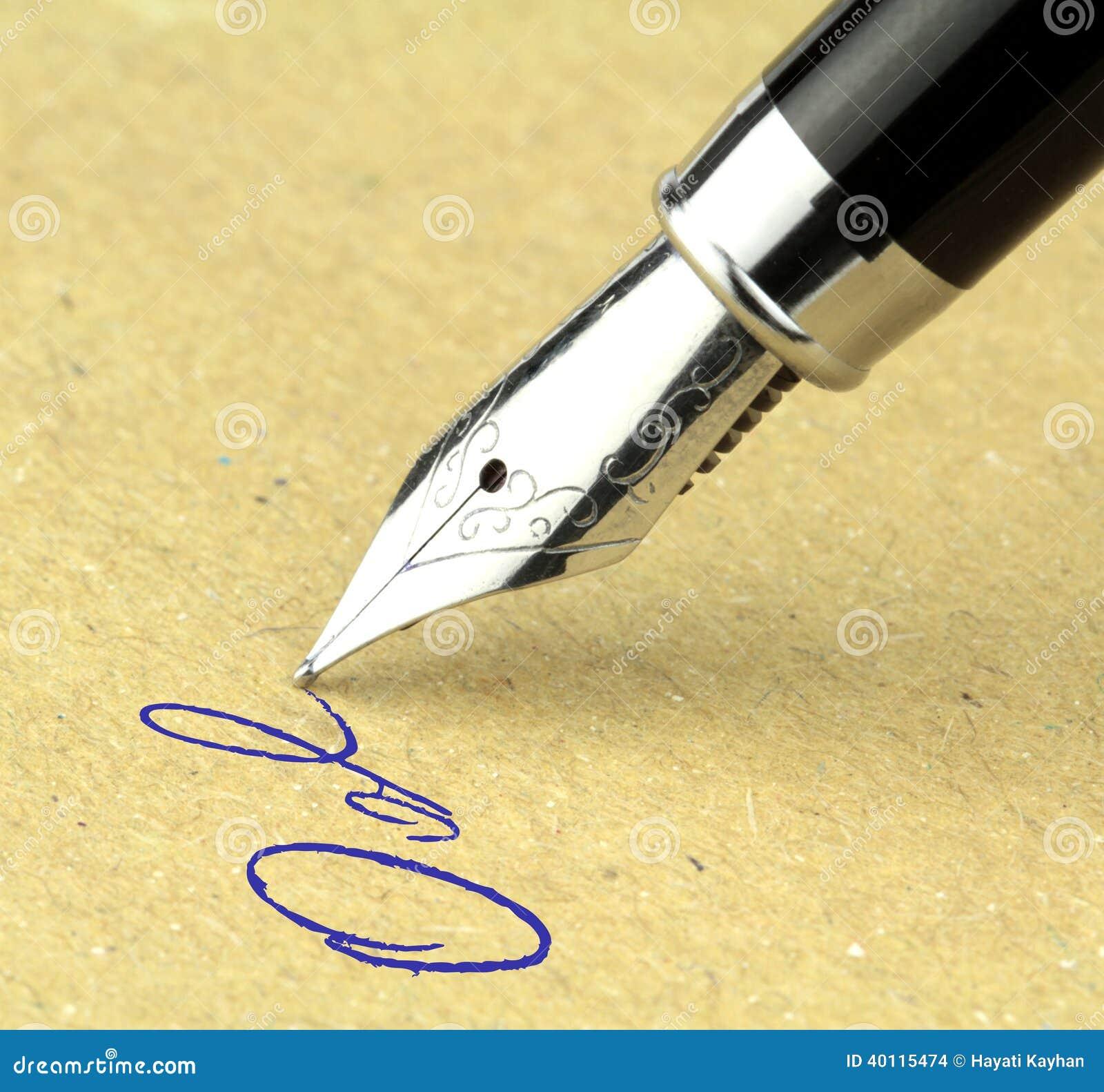 Fontanny pióra writing na papierze,