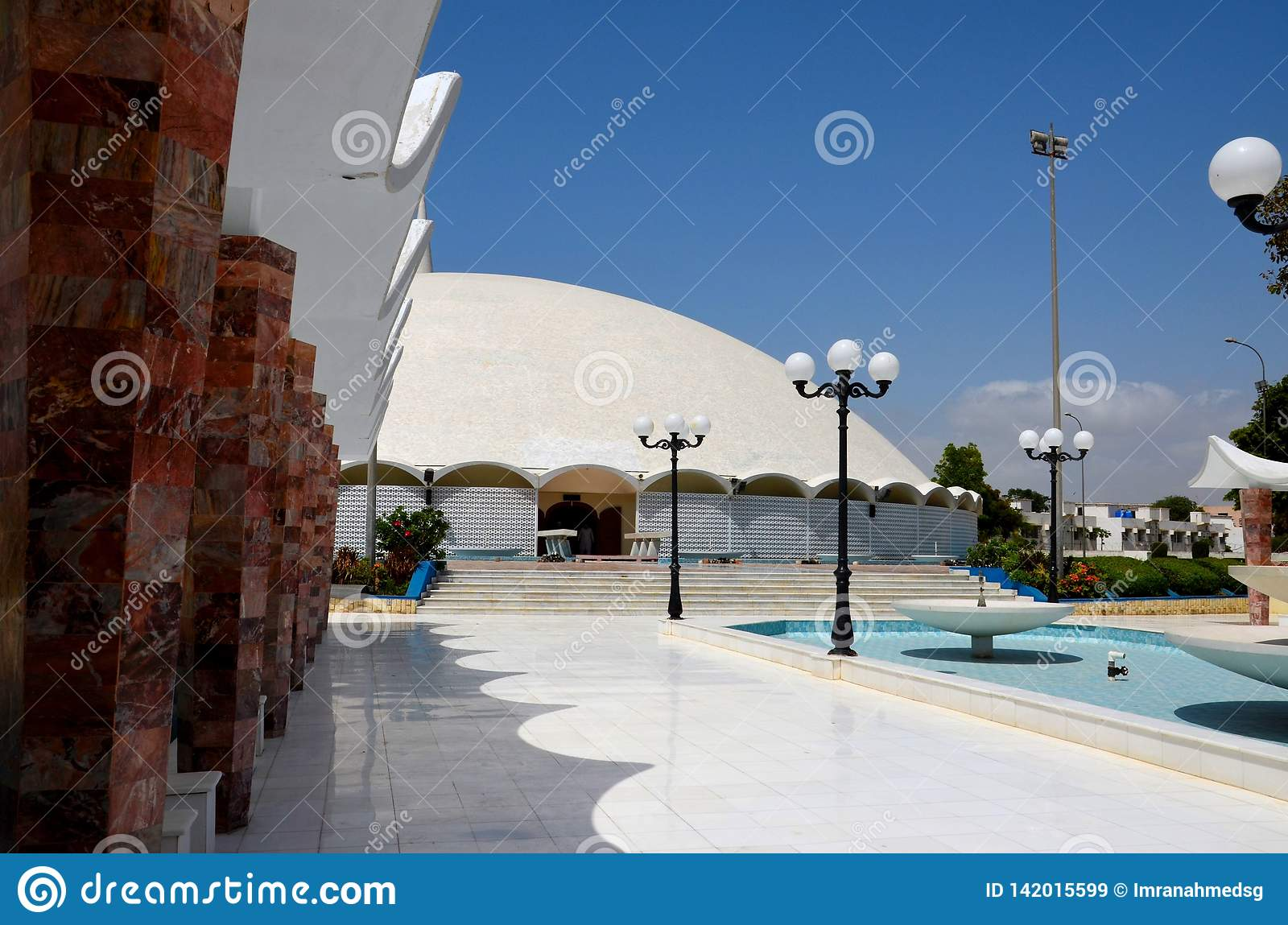 Fontanny przejście Masjid Tooba lub Round meczet z marmurowym kopuła minaretem Karachi Pakistan i ogródu Defence