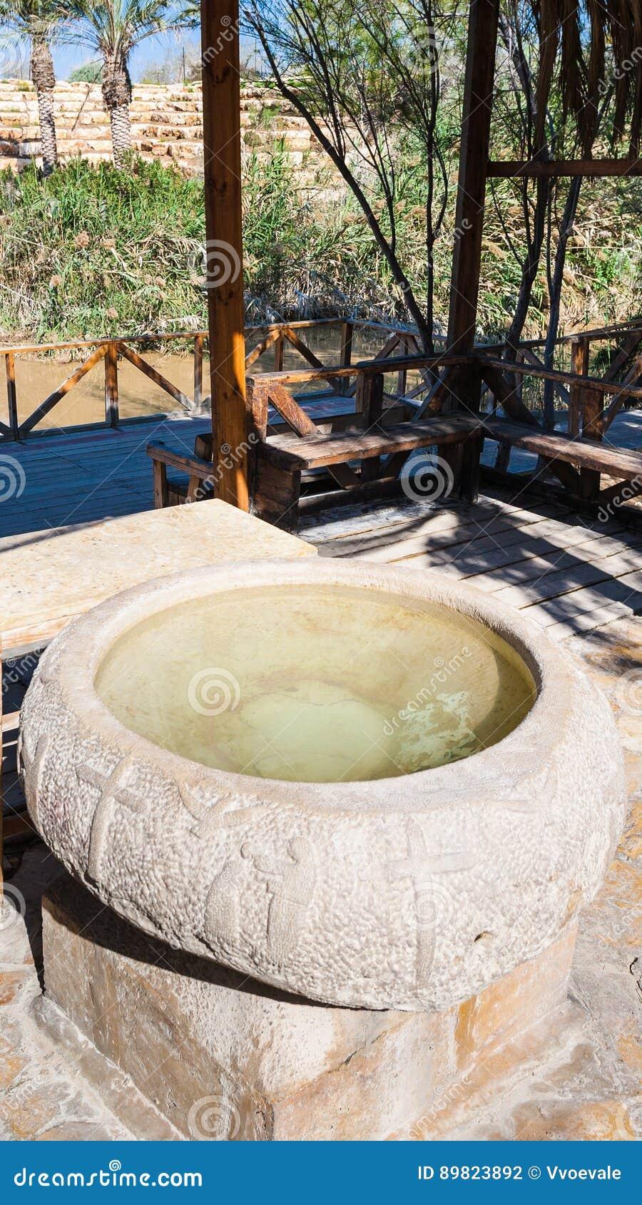 Fonte batismal antiga no local do batismo em Jordânia