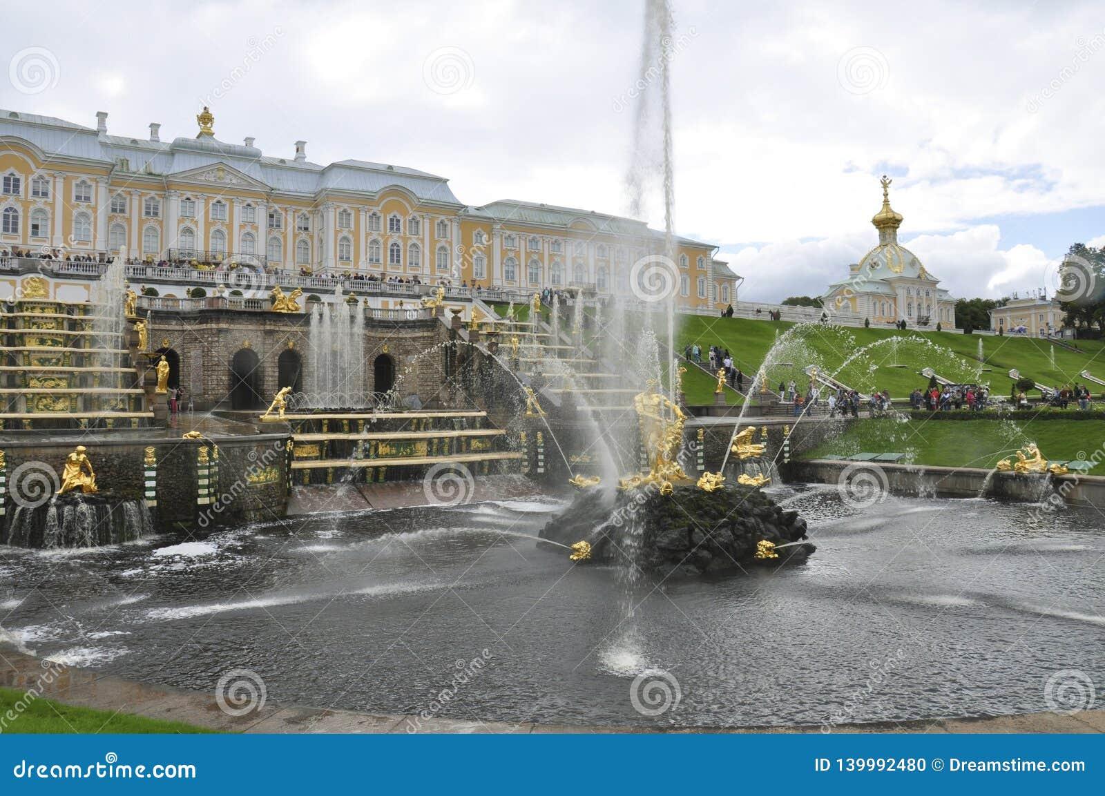 Fonte central com o palácio e a igreja no fundo em Peterhof, Rússia