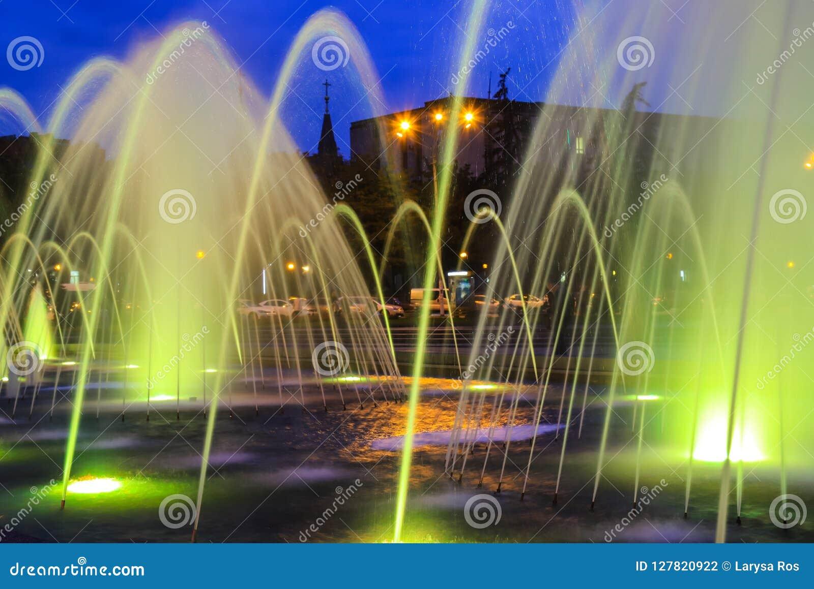 Fonte colorida grande pitoresca, bonita na noite, cidade Dnepr Opinião da noite de Dnepropetrovsk, Ucrânia