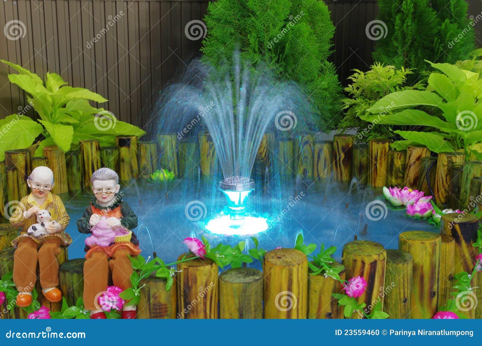 Fonte Com Luz No Mini Jardim Foto de Stock - Imagem: 23559460