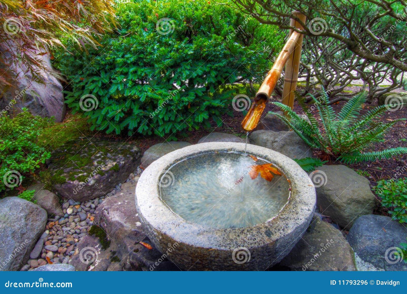 Fonte de água de bambu no jardim japonês