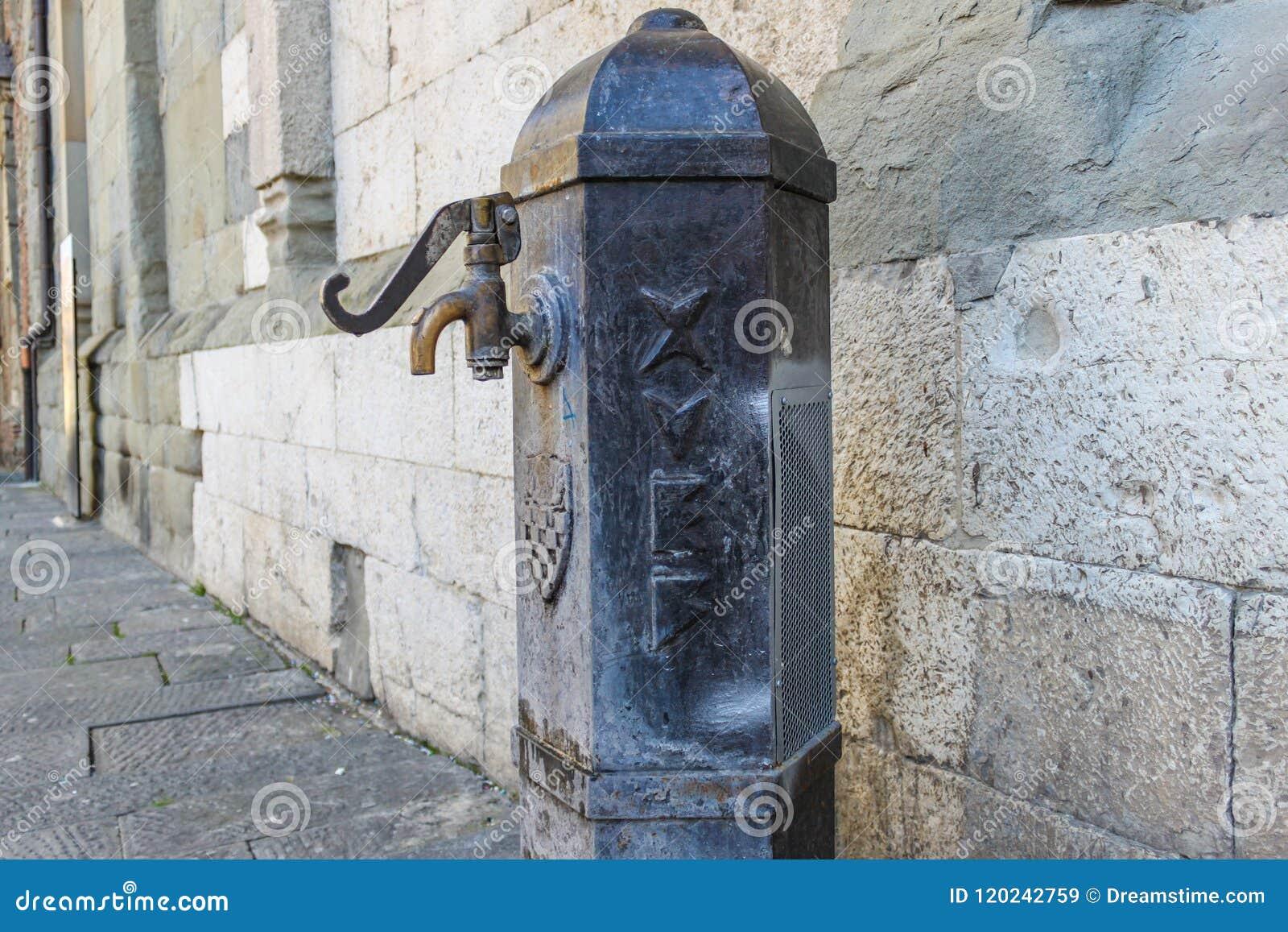 Fonte de água potável velha