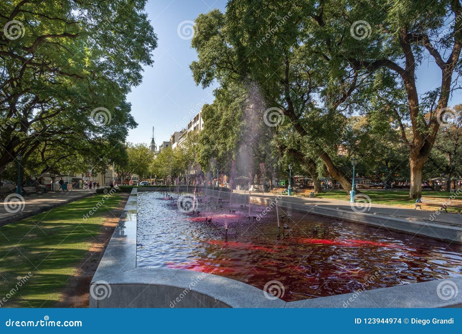 A fonte do quadrado da independência de Independencia da plaza com água vermelha gosta do vinho - Mendoza, Argentina - Mendoza, A