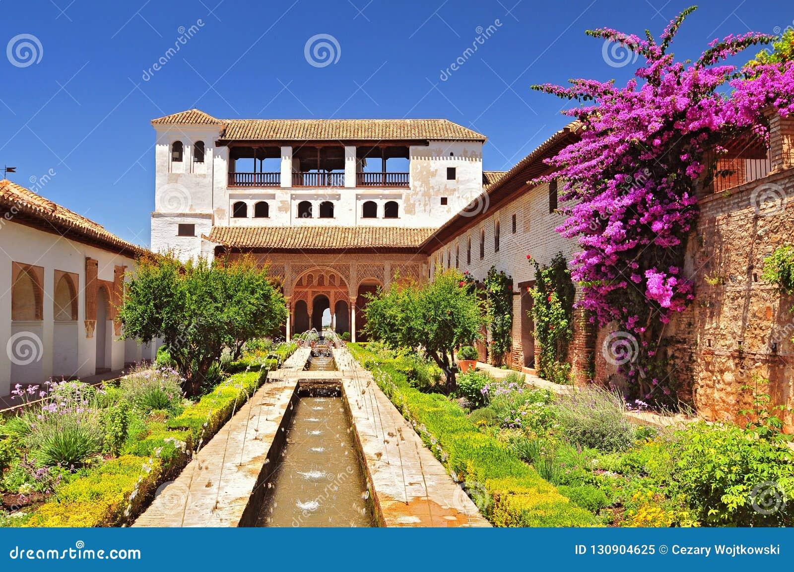 Fonte e jardins no palácio de Alhambra, Granada, a Andaluzia, Espanha