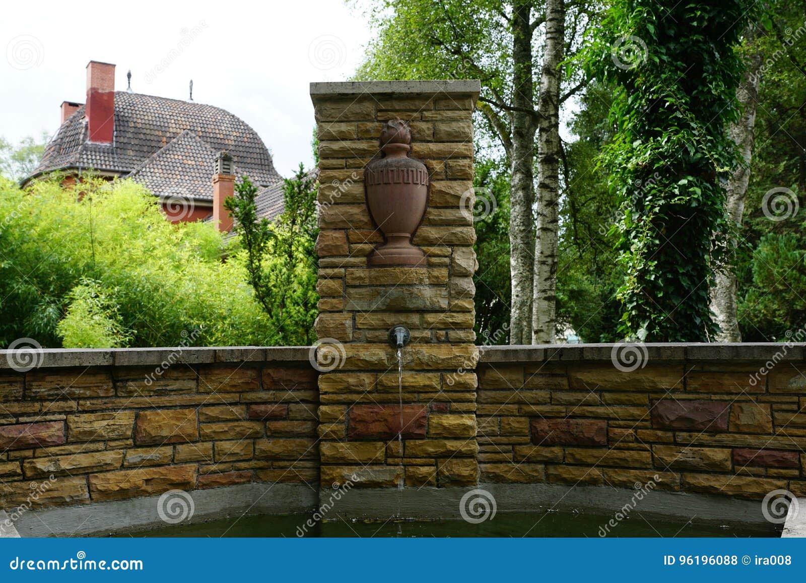 Fonte no cemitério pelo crematório no tuttlingen