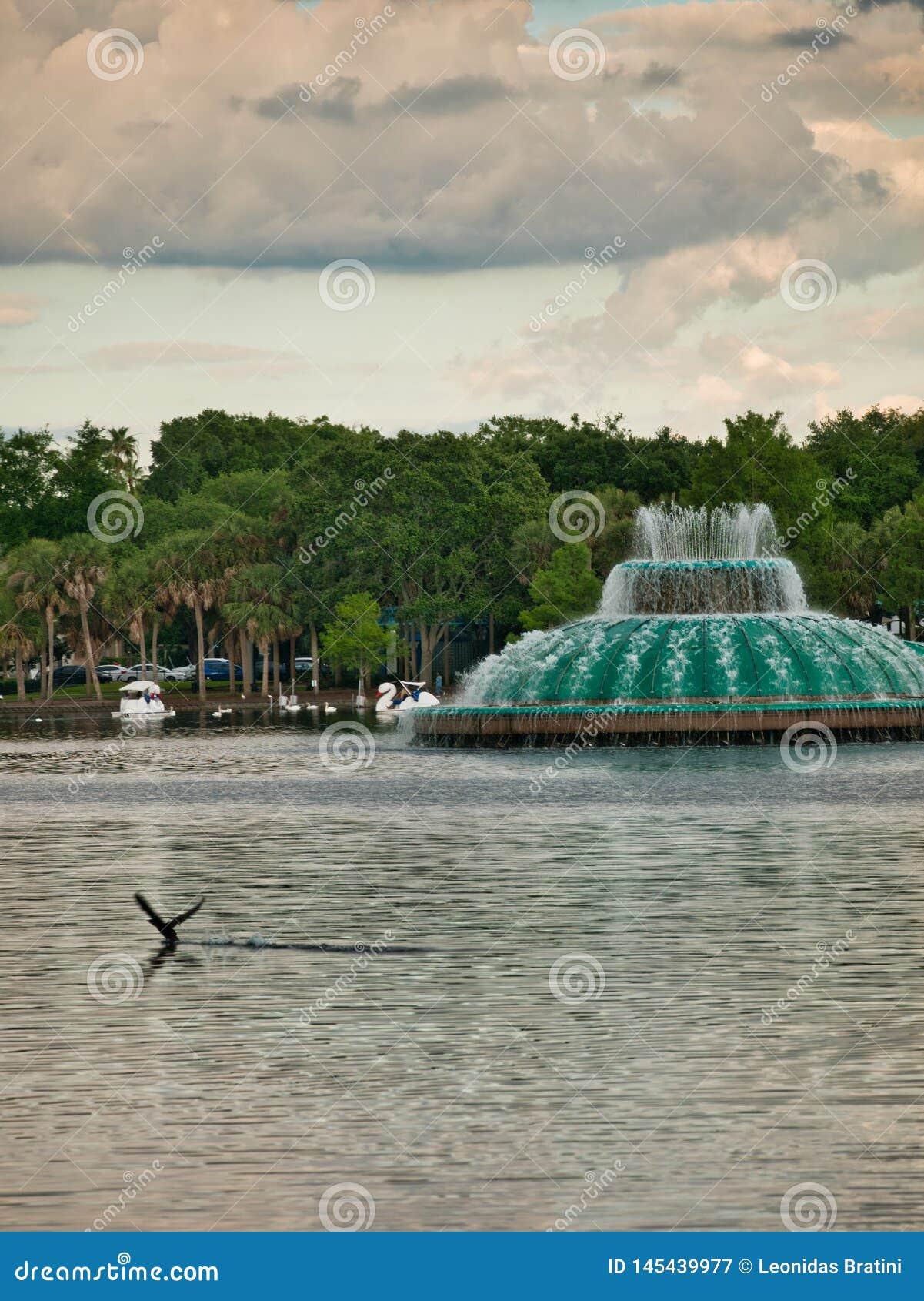 Fonte no lago que está no parque