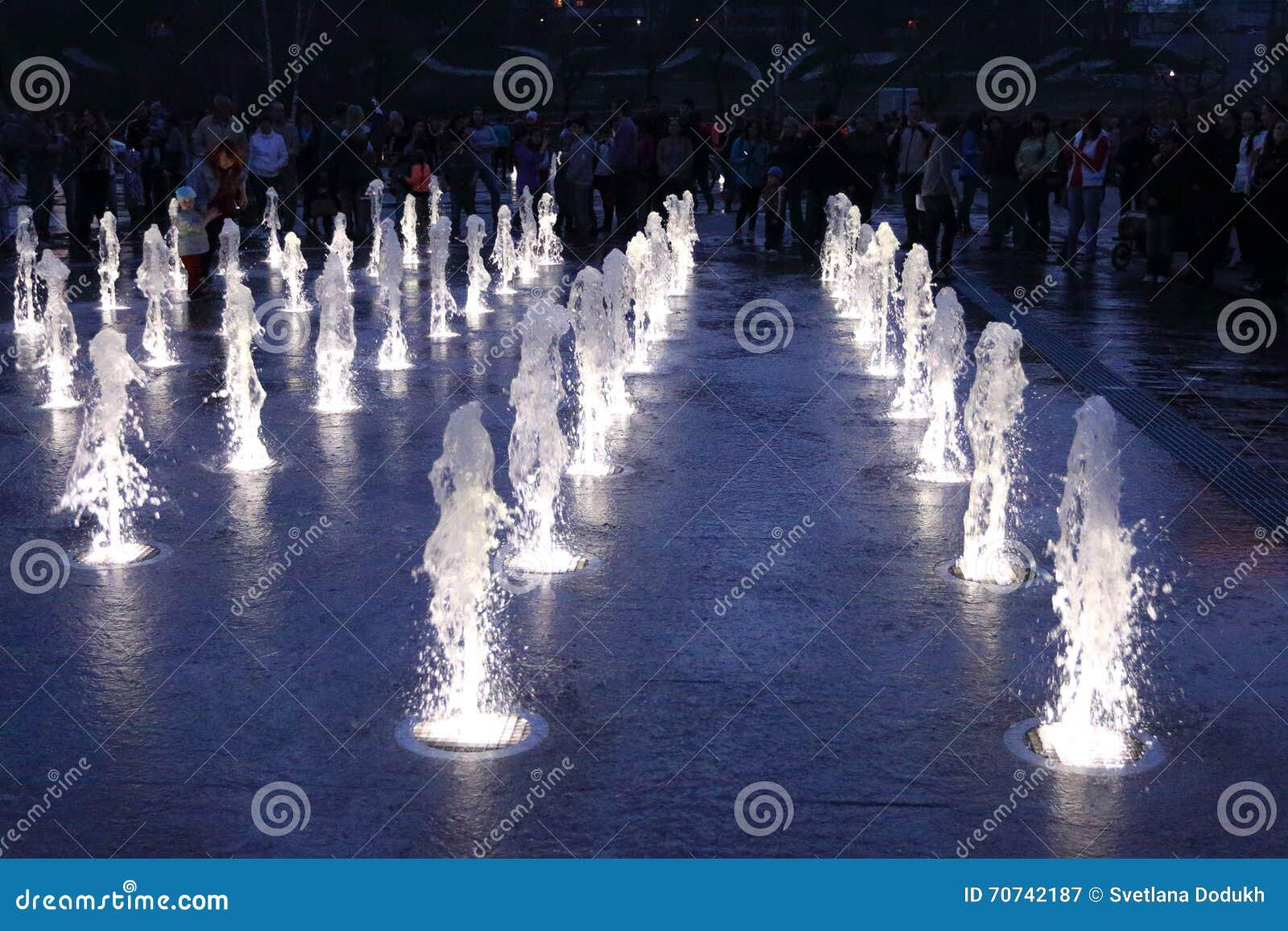 Fonte seca bonita com iluminação