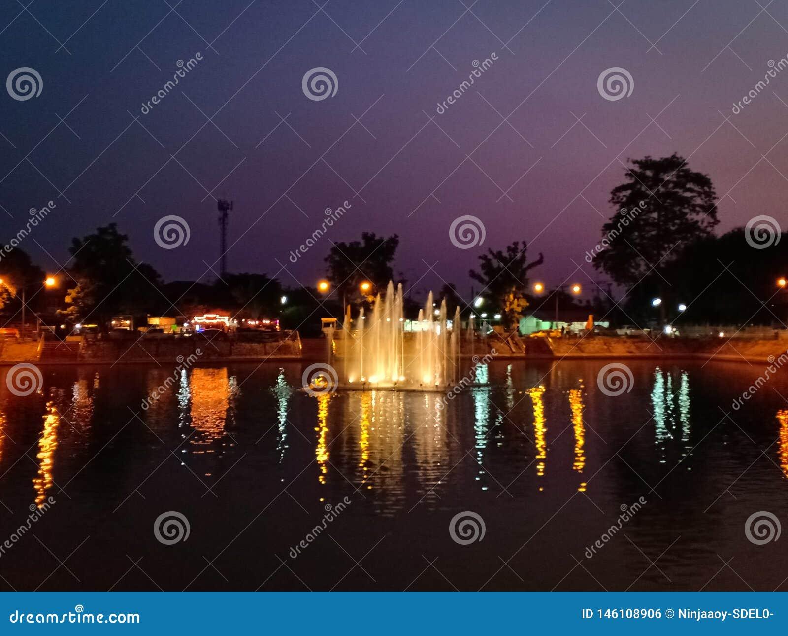 Fontein in de vijver bij nacht
