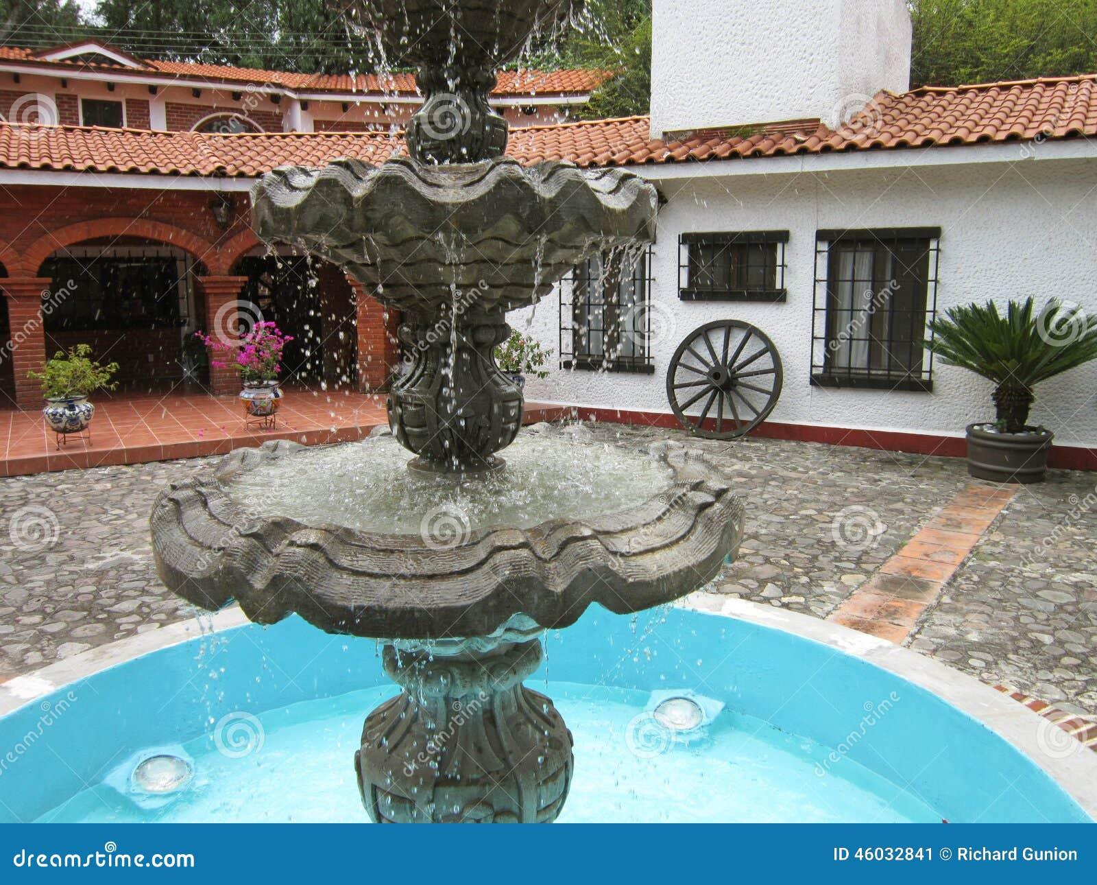 Fontein en huis in centraal mexico stock foto afbeelding 46032841 - Foto huis in l ...