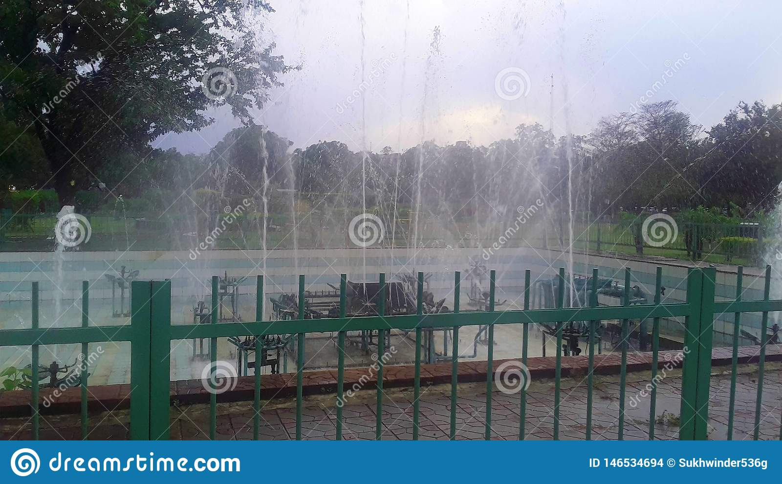 Fontein in het groene park