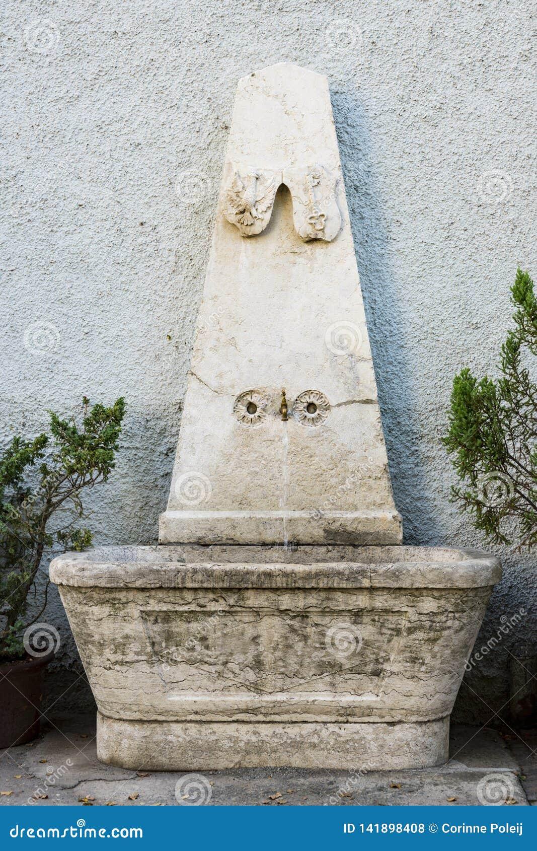Fontein in straat Chiusa, Italië
