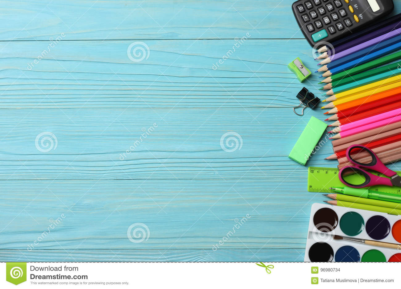 Fontes da escola e de escritório Fundo da escola lápis coloridos, pena, dores, papel para a escola e educação do estudante