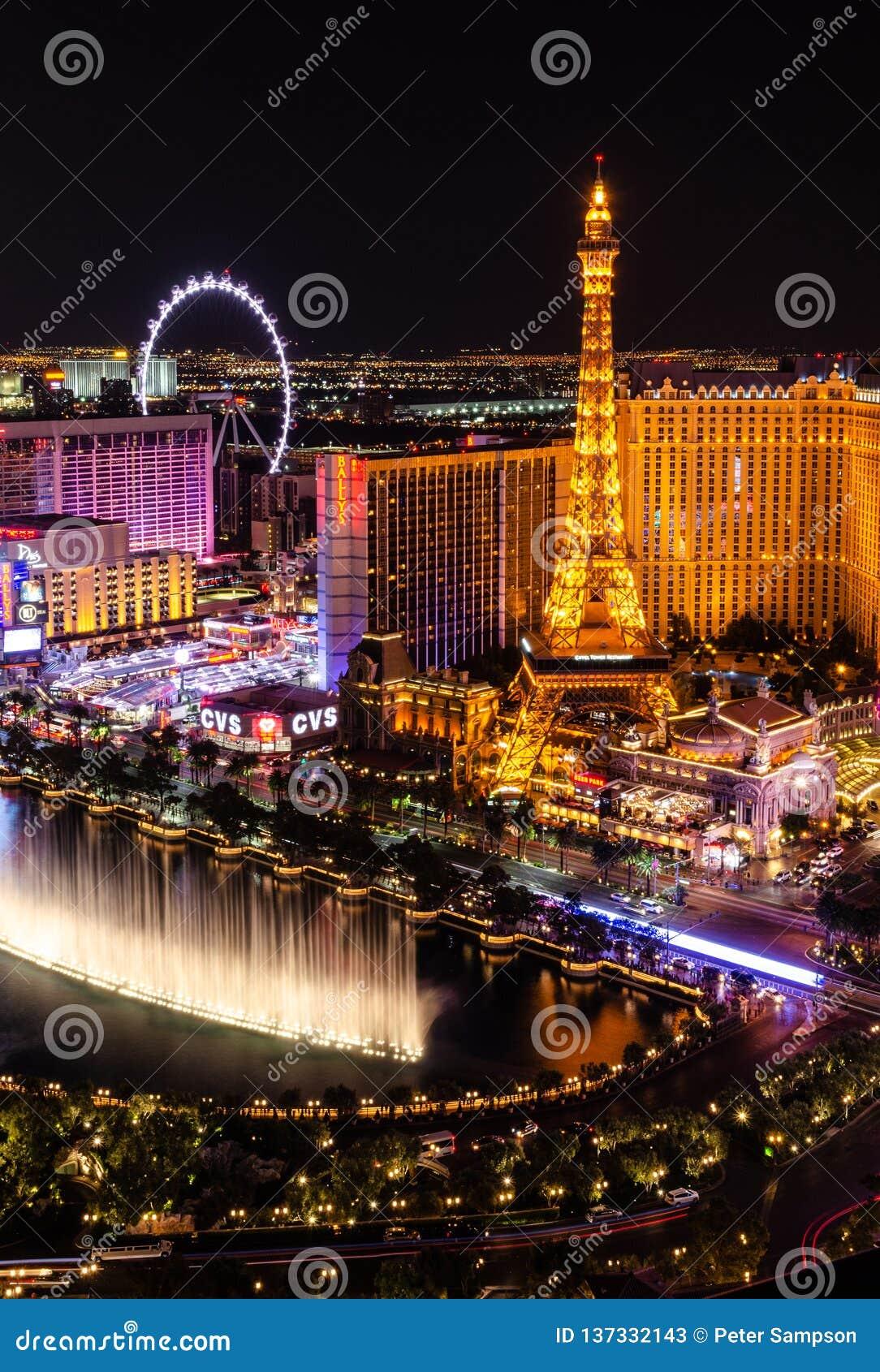 Fontes de Bellagio oposto a Paris Las Vegas na noite