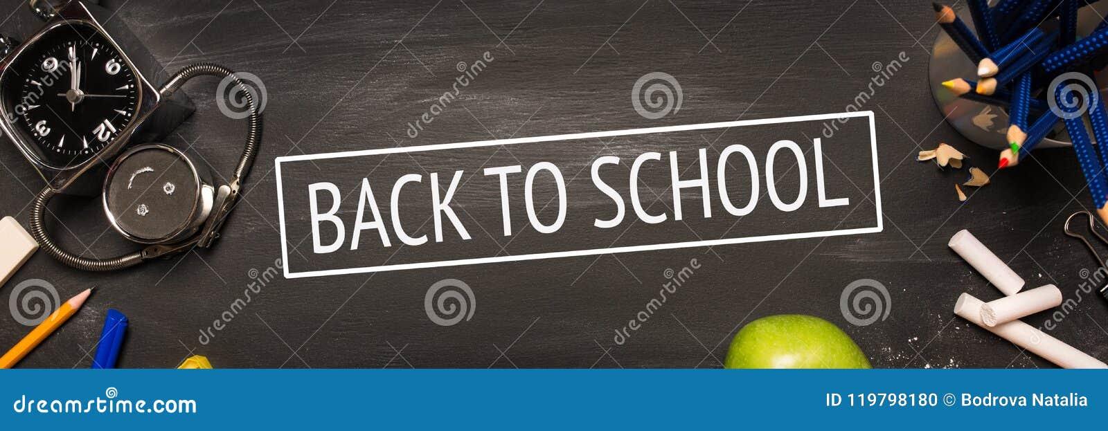 Fontes de escola, alarme, lápis, maçã no quadro preto