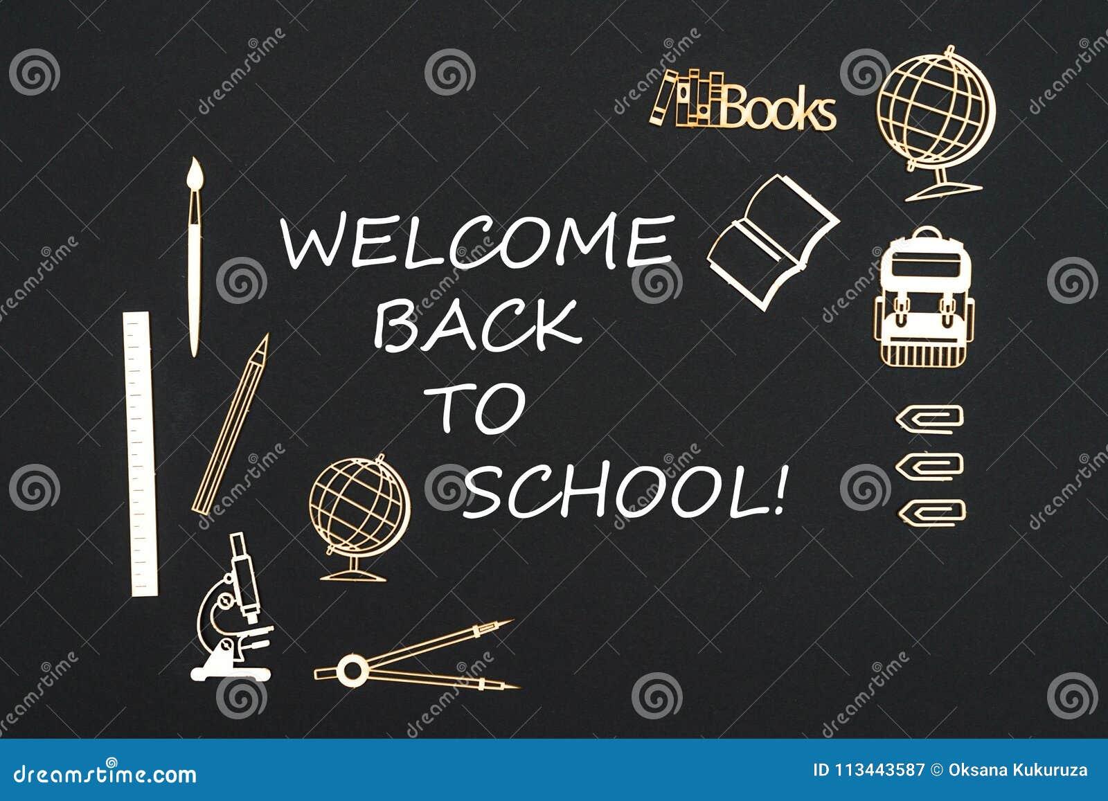Fontes de escola colocadas no fundo preto com boa vinda do texto de volta à escola
