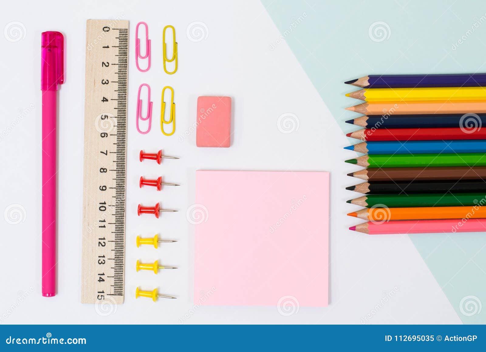 Fontes de escola Foto da vista superior das etiquetas, dos clipes de papel e do pino