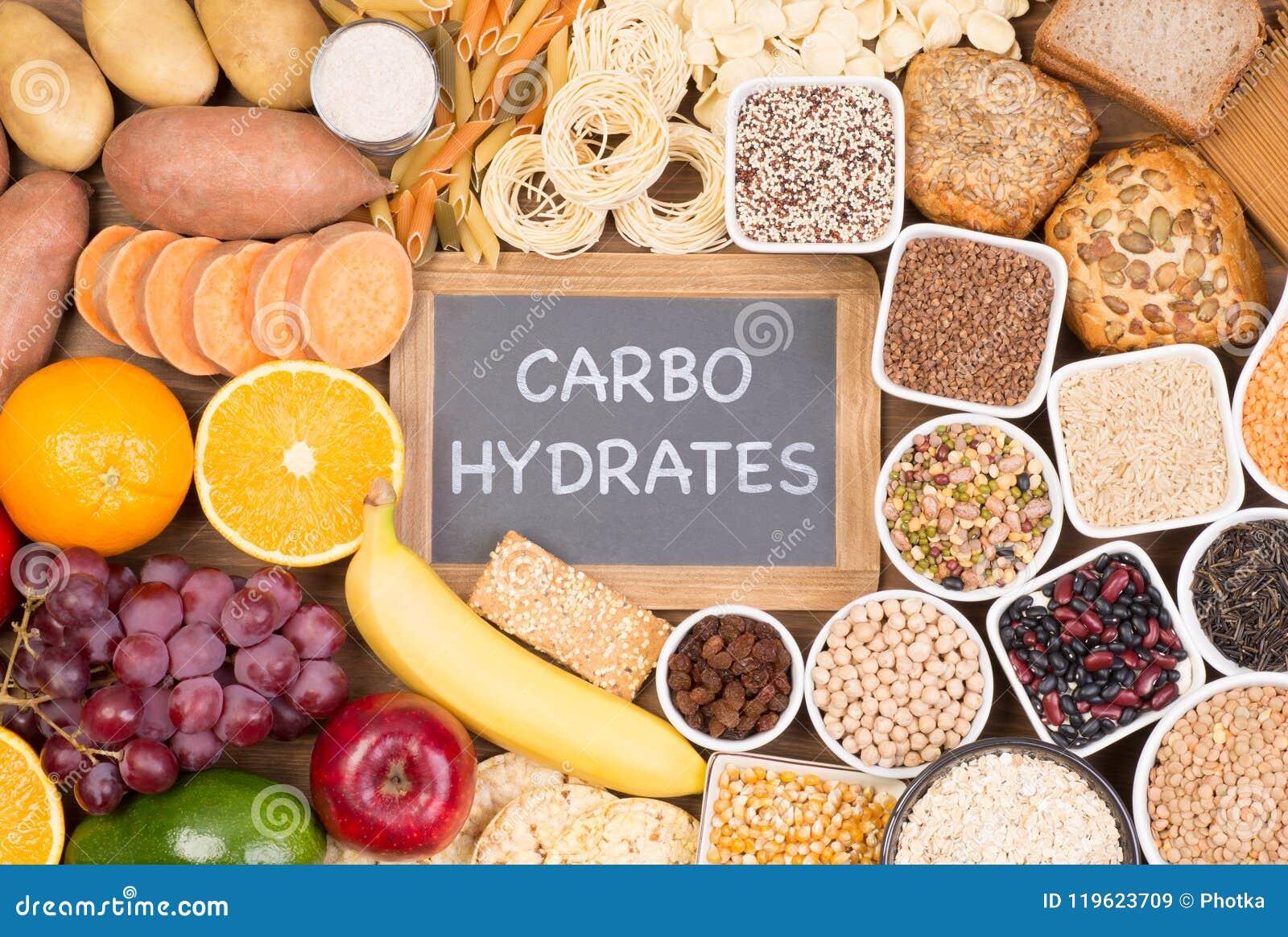 Fontes do alimento dos hidratos de carbono, vista superior em uma tabela