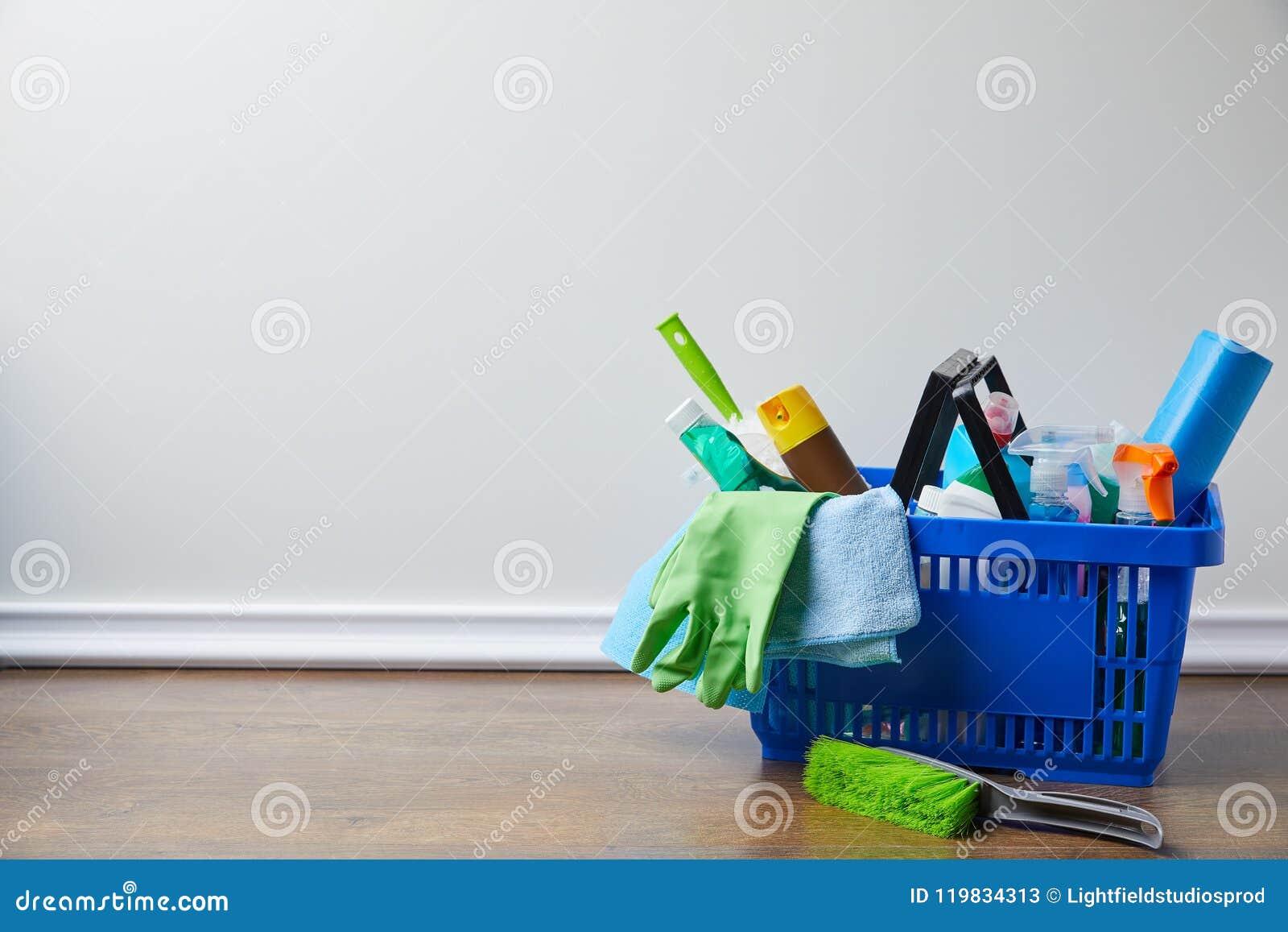 Fontes domésticas para spring cleaning na cesta