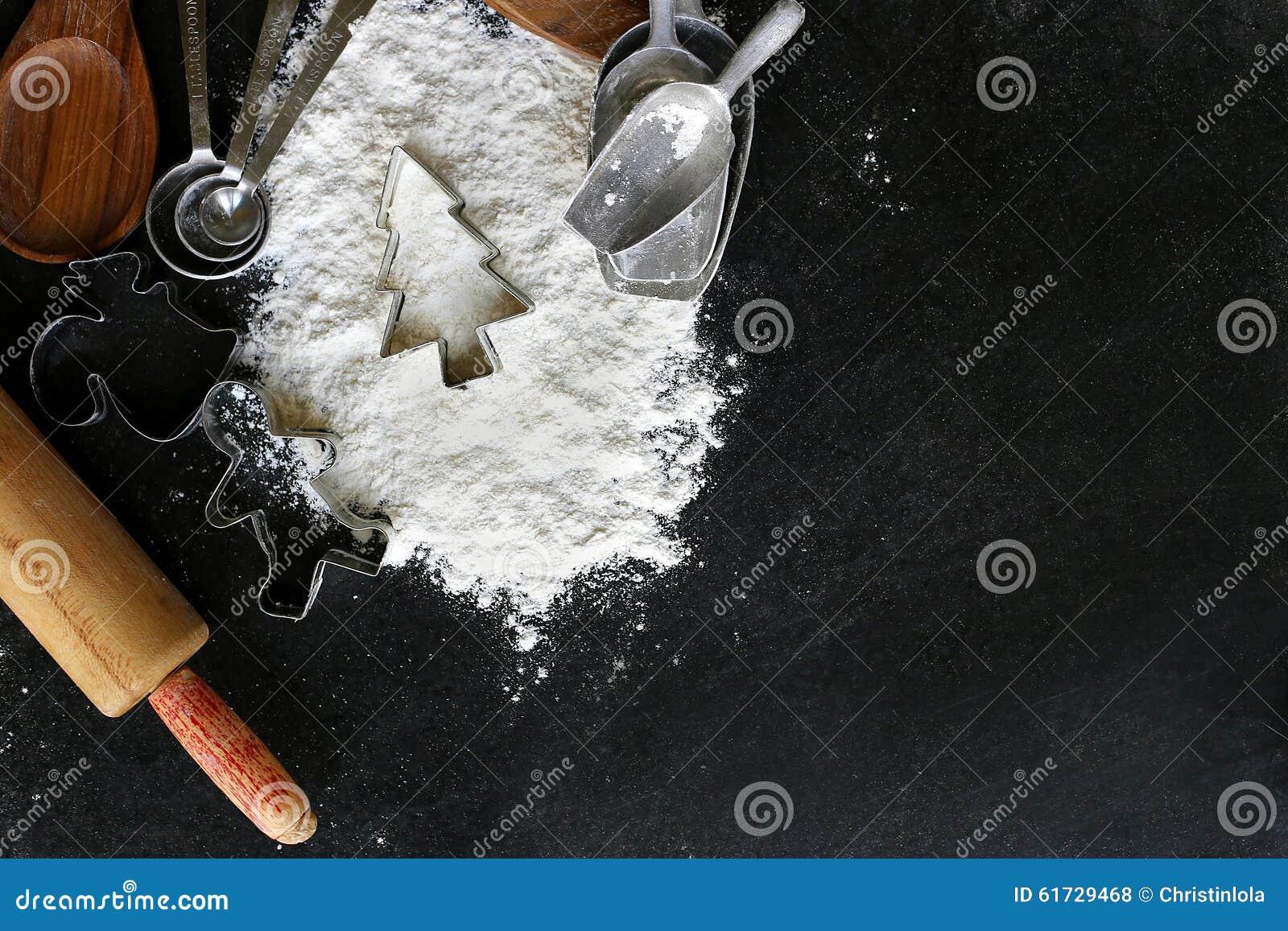 Fontes e beira de cozimento do cortador da cookie da árvore de Natal no preto