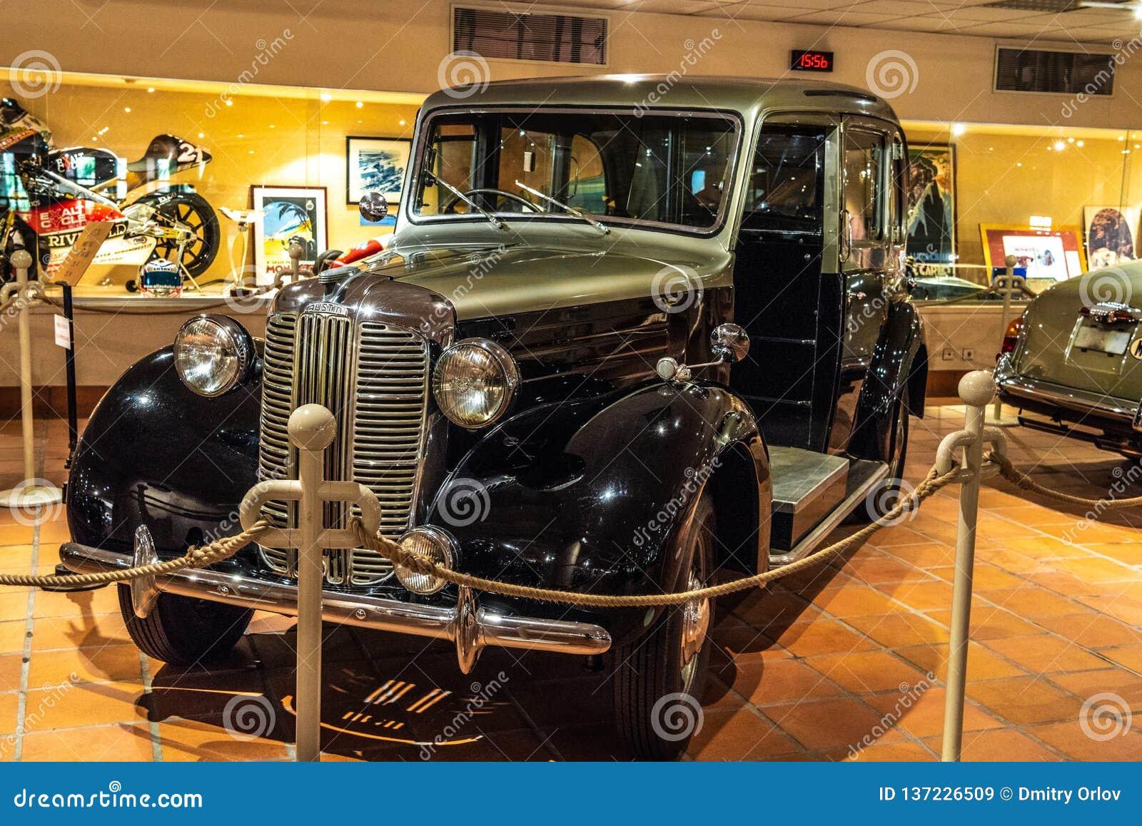 FONTVIEILLE, MONACO - JUIN 2017 : TAXI 1952 d AUSTIN argenté noir dans le musée de collection de voitures de dessus du Monaco