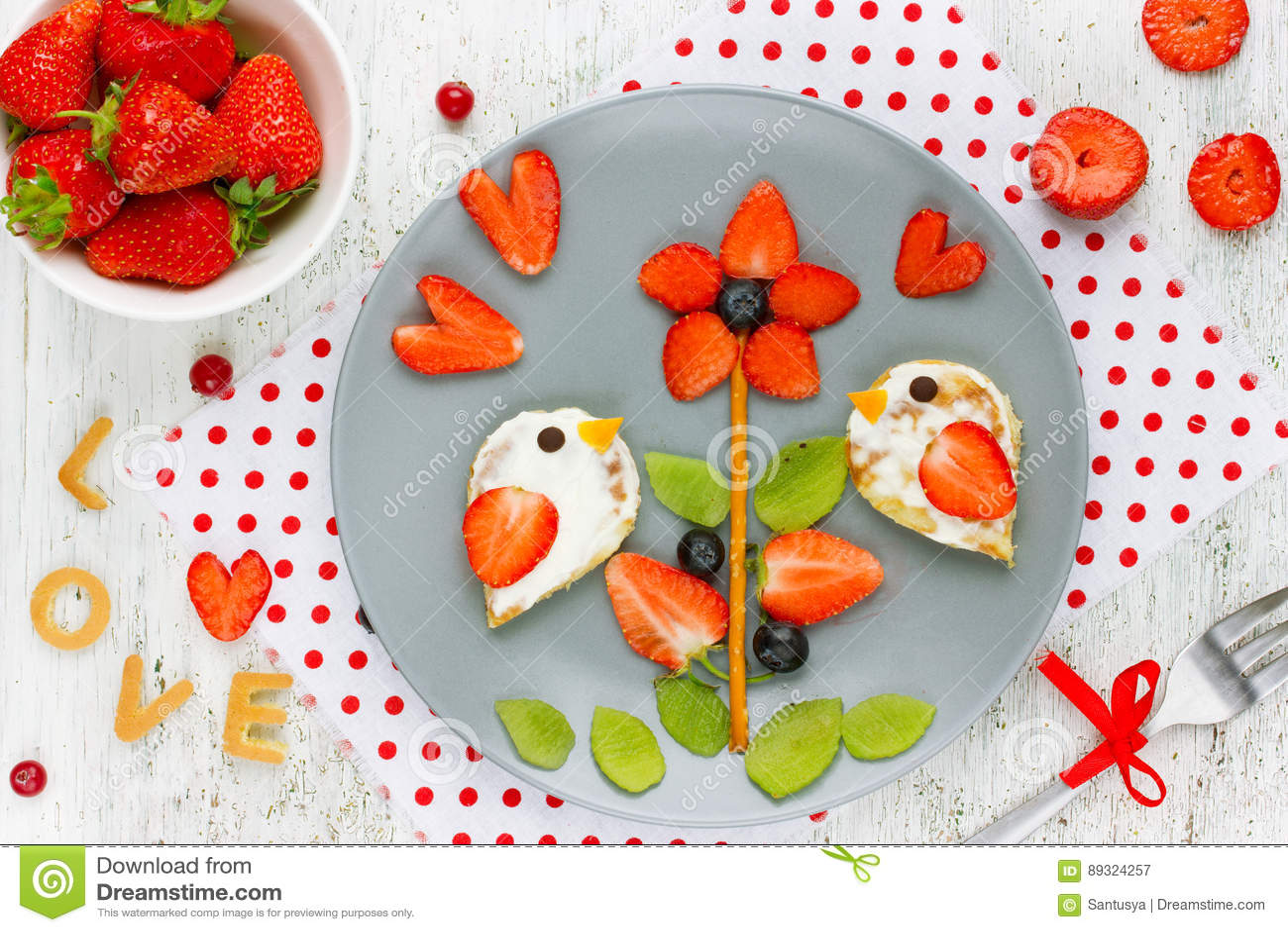 Food art idea for kids - bird pancakes with strawberry kiwi blue