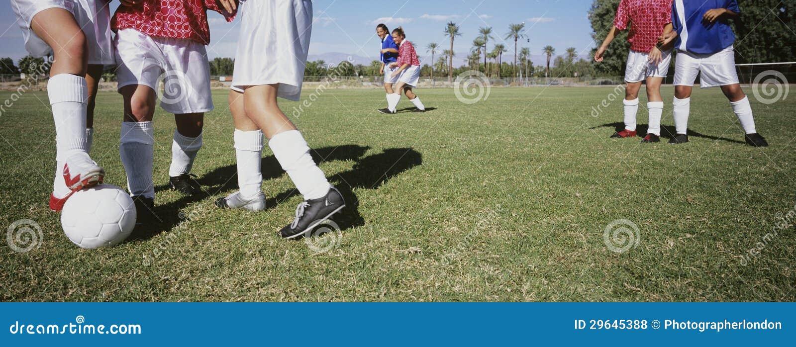 Footballeurs abordant le football