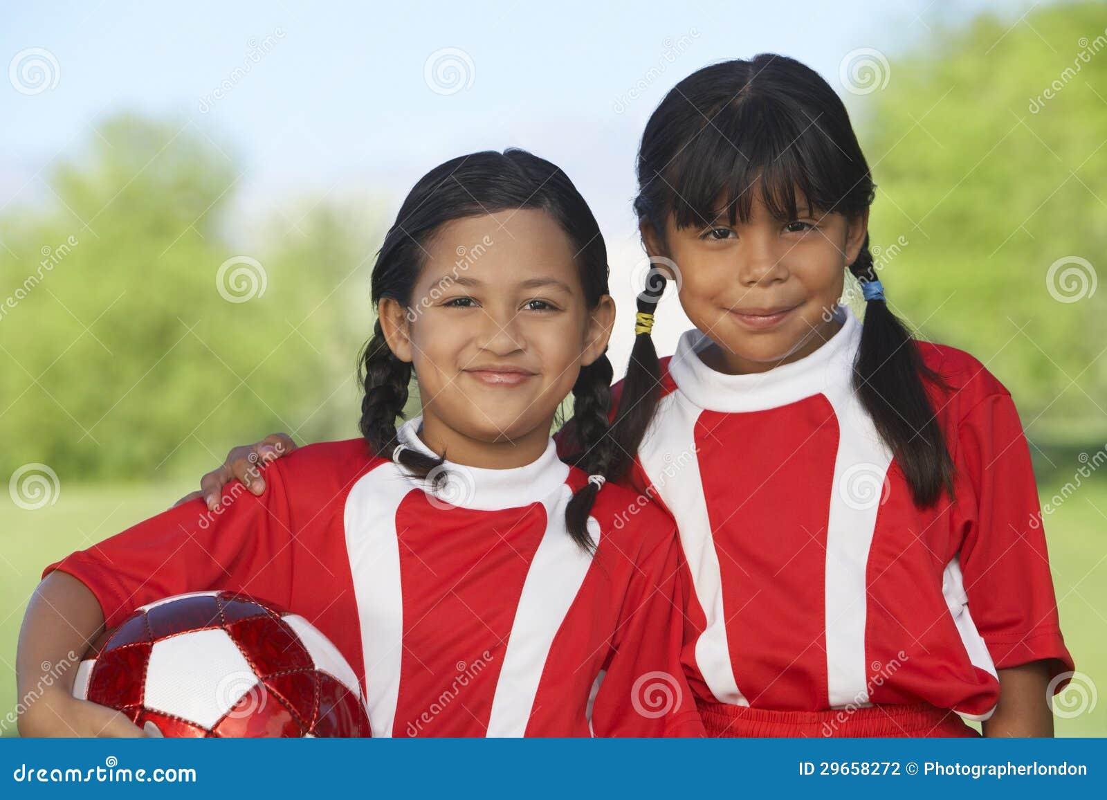 Footballeurs de fille sur le champ