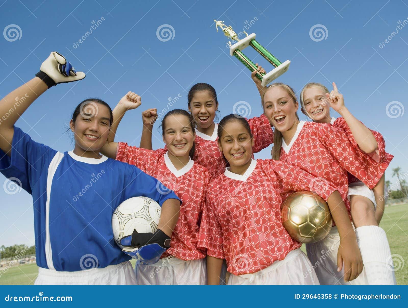 Footballeurs féminins tenant le trophée de gain