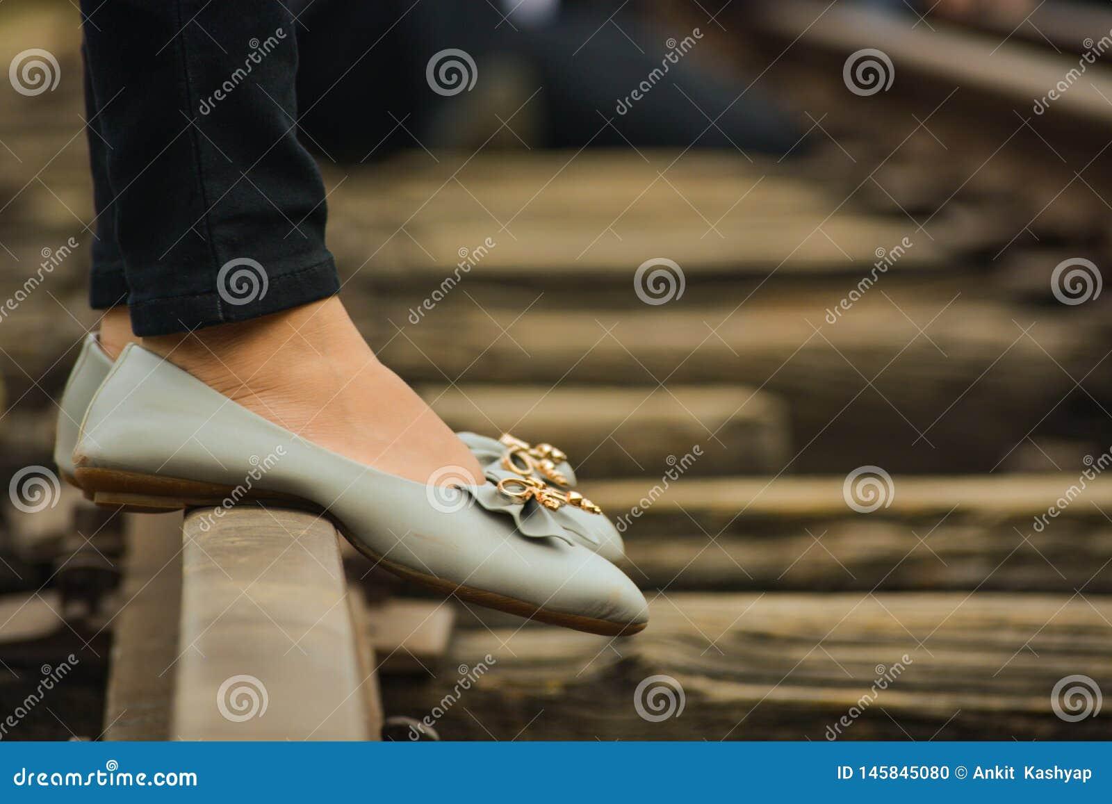 Foots dziewczyny pozycja na kolejowym śladzie