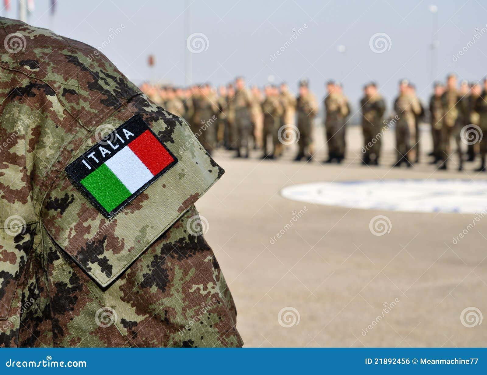 Forças armadas do italiano uniformes com tricolore