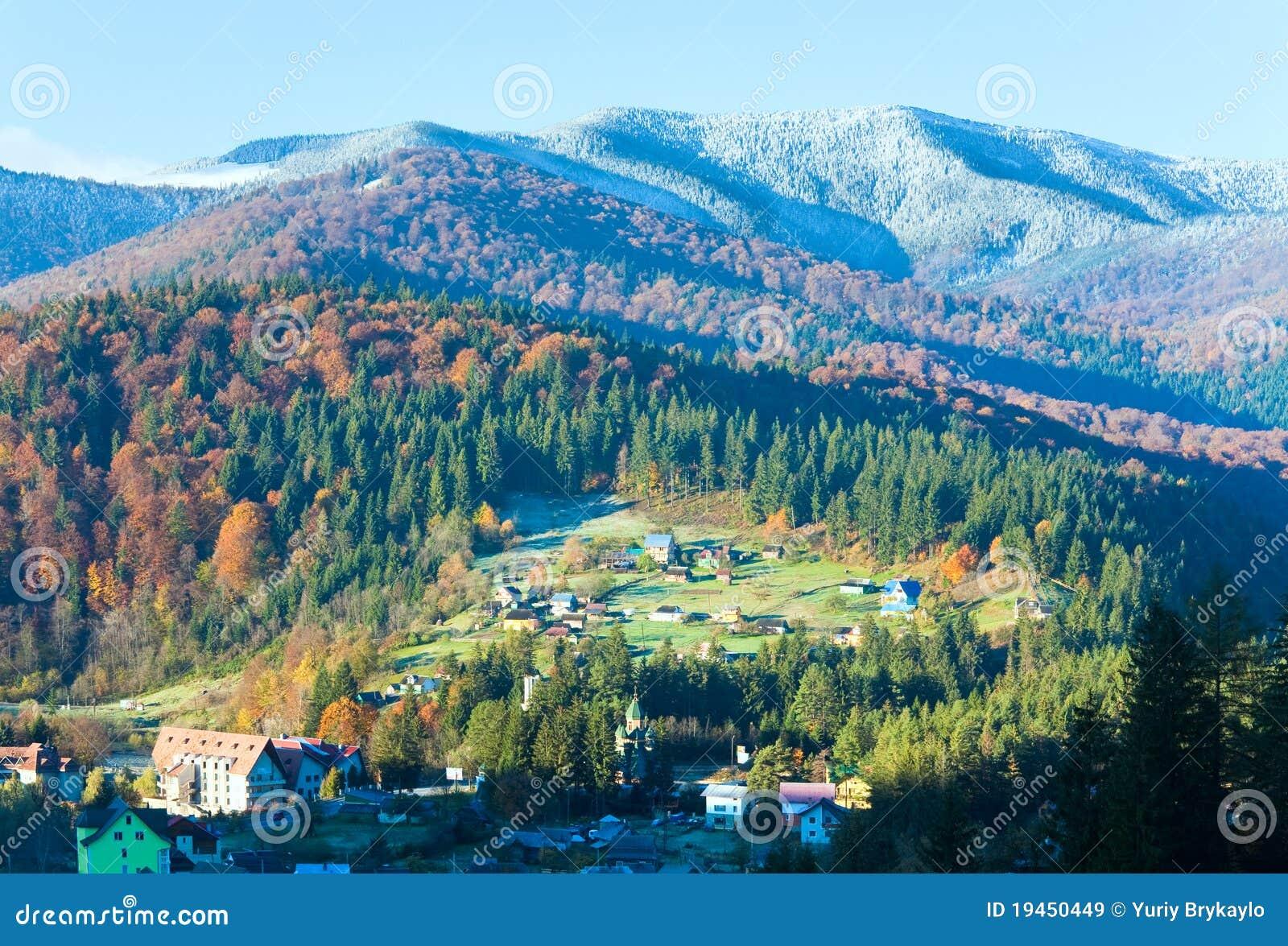 Forêt et village de montagne d automne de matin