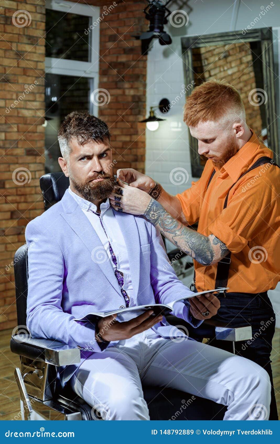 Forbici del barbiere e rasoio diritto Negozio di barbiere di visita del cliente barbuto Balsamo sulle parti del corpo asciutte pe