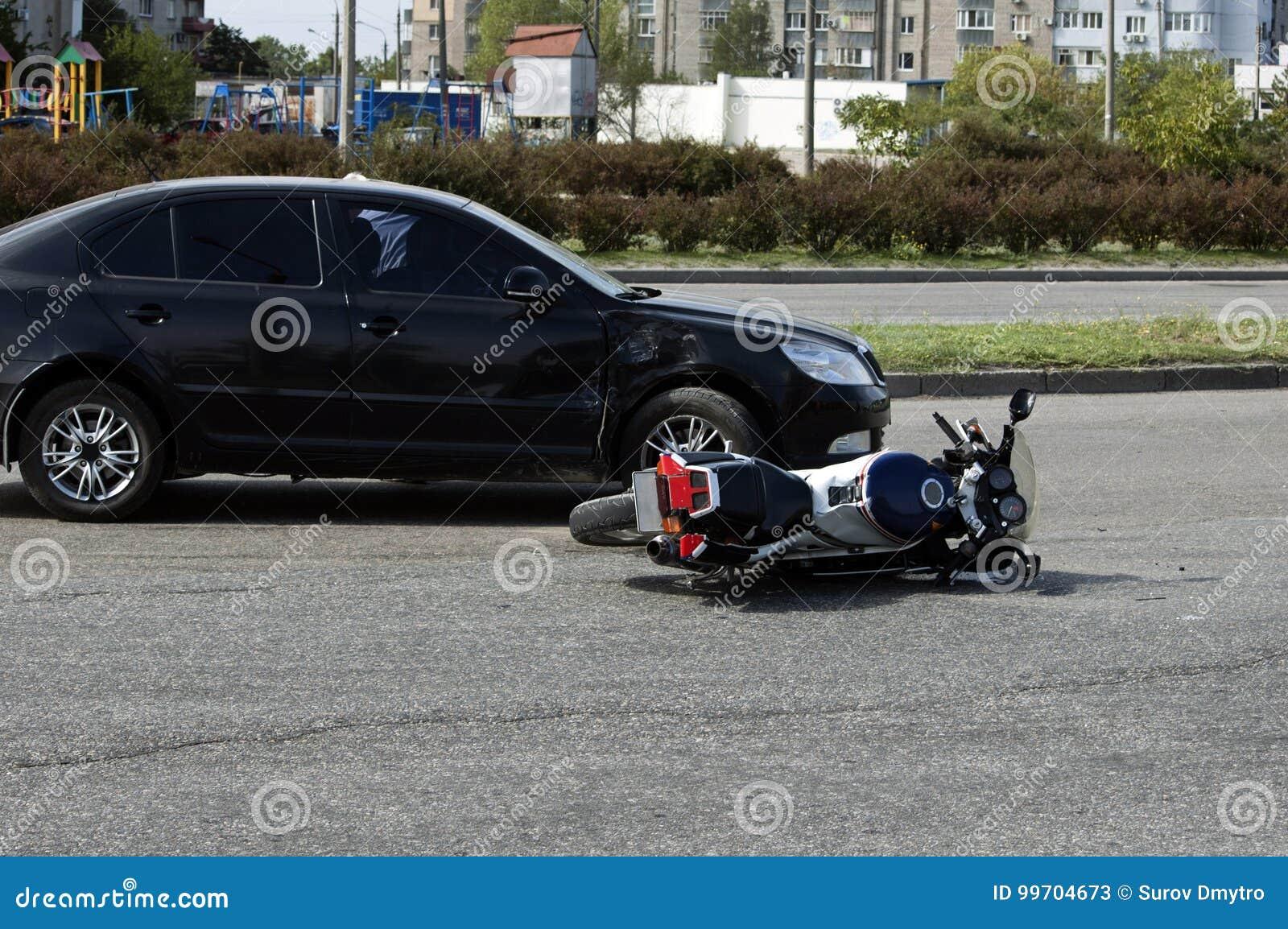 Forcerad motocykel och bil på vägen