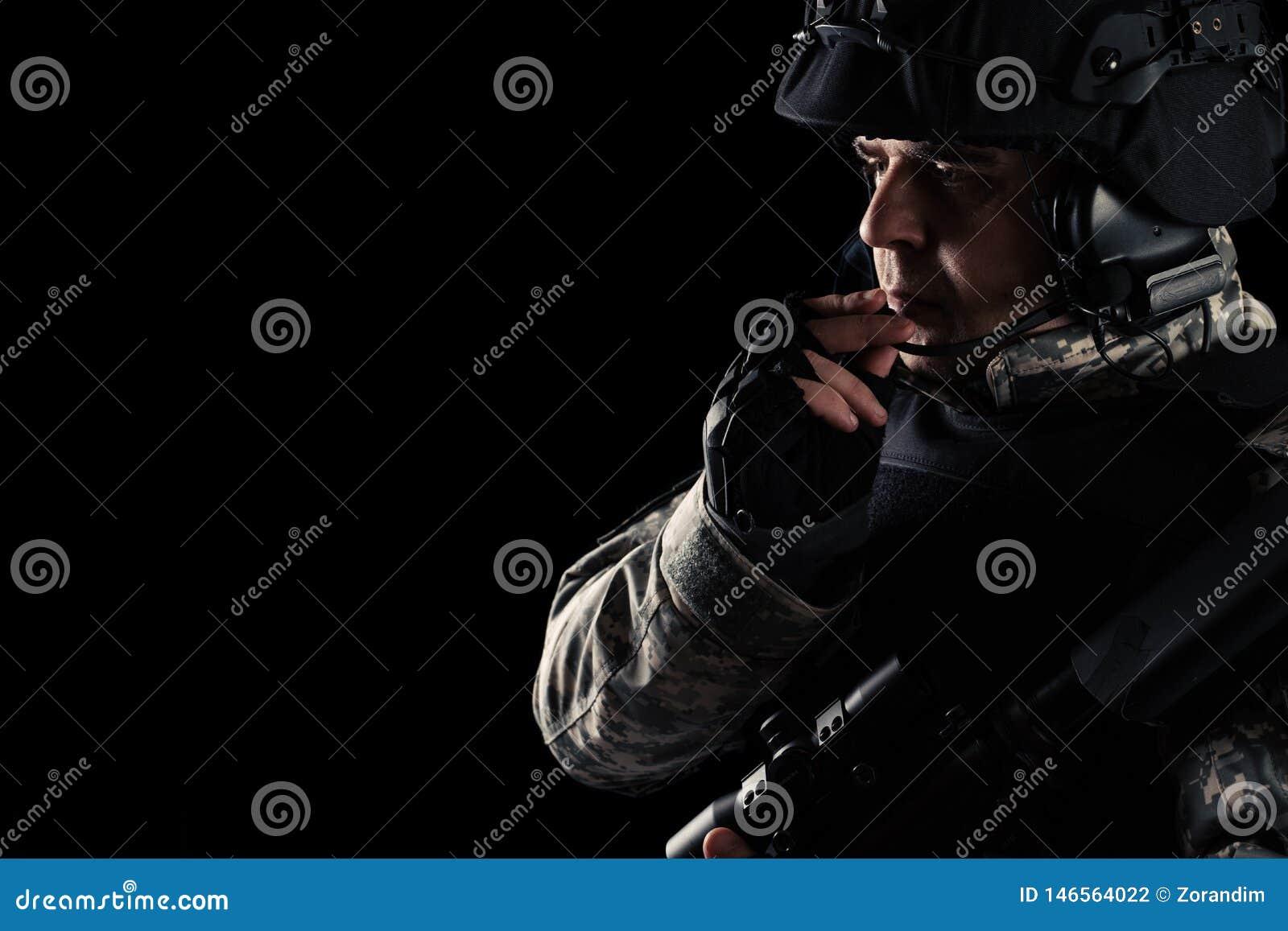 Forces sp?ciales de soldat avec le fusil sur le fond fonc?