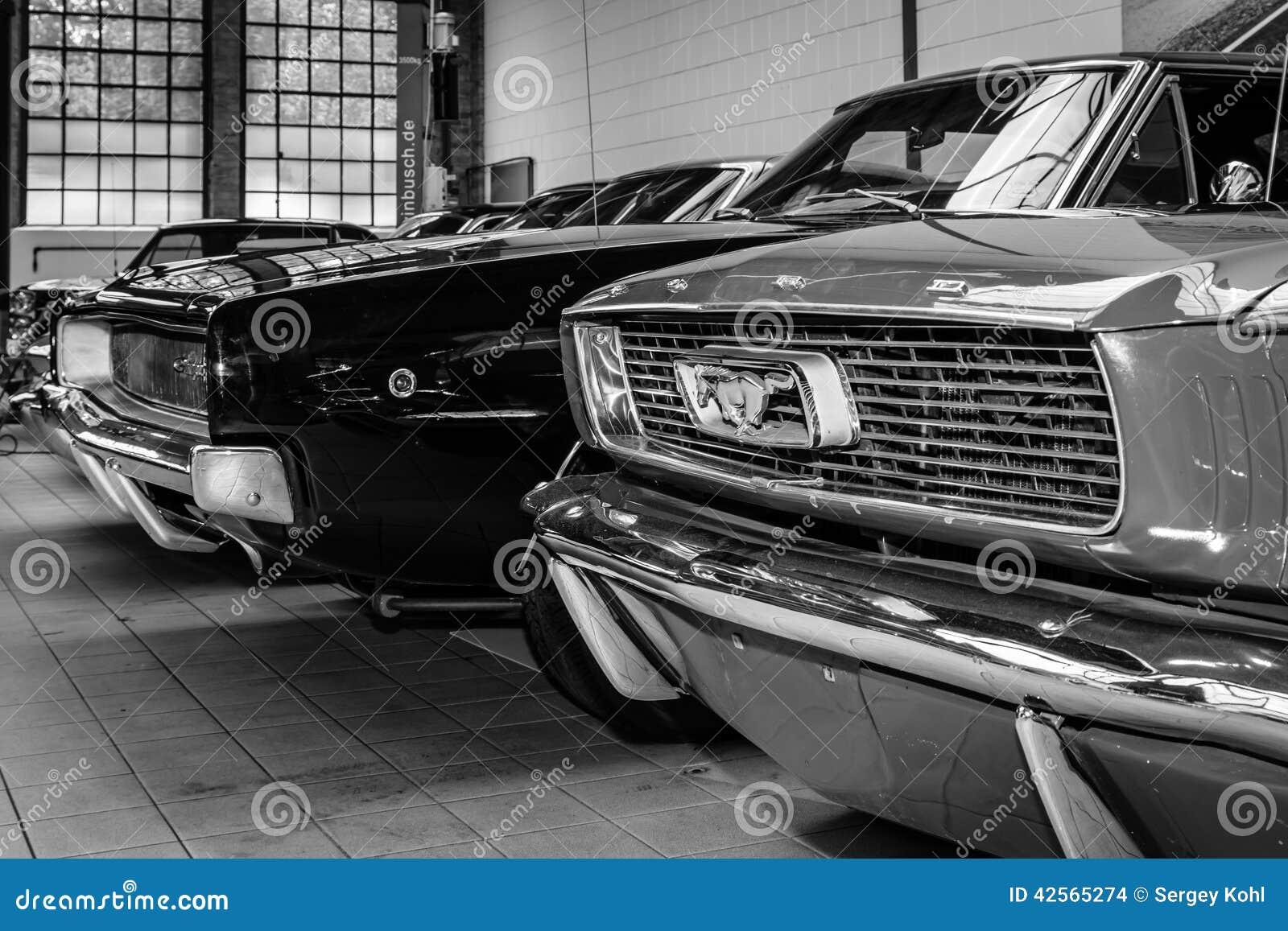 Ford Mustang e carregador de Dodge