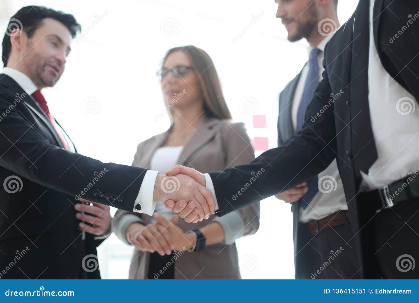 Foreground Stretta di mano della gente di affari